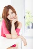 Glimlachende jonge mooie vrouw Royalty-vrije Stock Foto's