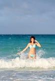 Glimlachende jonge roodharigevrouw die zich in de oceaan bevinden Stock Afbeeldingen
