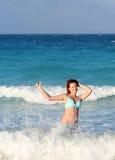 Glimlachende jonge roodharigevrouw die zich in de oceaan bevinden Royalty-vrije Stock Fotografie