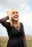 Glimlachende jonge vrouw Stock Afbeeldingen