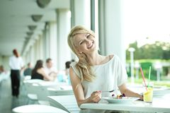 Glimlachende jonge vrouw Stock Fotografie