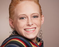 Glimlachende jonge vrouw Royalty-vrije Stock Afbeelding