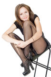 Glimlachende jonge vrouw in de gescheurde kousen Stock Foto's