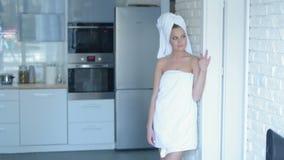 Glimlachende Jonge Vrouw die Badhanddoek dragen Stock Foto