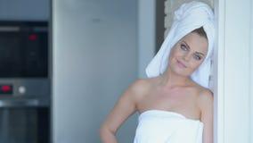 Glimlachende Jonge Vrouw die Badhanddoek dragen Stock Fotografie