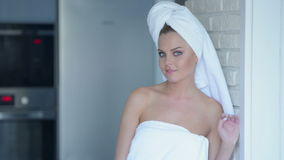 Glimlachende Jonge Vrouw die Badhanddoek dragen Royalty-vrije Stock Foto's