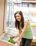 Glimlachende jonge vrouw die een diepgevroren product houdt Royalty-vrije Stock Afbeeldingen