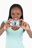 Glimlachende jonge vrouw die haar diginok met behulp van Royalty-vrije Stock Afbeeldingen