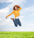 Glimlachende jonge vrouw die in lucht springen Royalty-vrije Stock Afbeelding