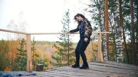 Glimlachende jonge vrouw die op hoge hoogte dansen Vliegend haar Langzame Motie stock videobeelden