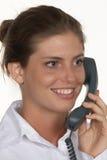 Glimlachende Jonge Vrouw die op Telefoon spreekt Stock Foto