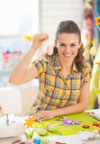 Glimlachende jonge vrouw die Pasen decoratief ei tonen Stock Afbeelding
