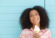 Glimlachende jonge vrouw die van roomijs genieten Royalty-vrije Stock Fotografie