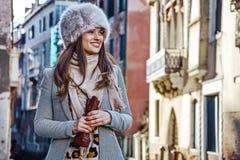 Glimlachende jonge vrouw die in Venetië, Italië in de winter opzij kijken Stock Afbeeldingen