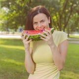 Glimlachende Jonge Vrouw die Watermeloen eten Royalty-vrije Stock Foto's