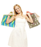 Glimlachende jonge vrouw dragende het winkelen zakken Royalty-vrije Stock Fotografie