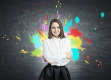 Glimlachende jonge vrouw en kleurenplonsen royalty-vrije stock fotografie