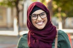 Glimlachende jonge vrouw in hijab royalty-vrije stock afbeelding