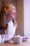 Glimlachende jonge vrouw in koffie Royalty-vrije Stock Fotografie