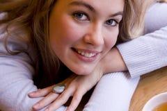 Glimlachende jonge vrouw in koffie Stock Afbeeldingen