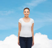 Glimlachende jonge vrouw in lege witte t-shirt Stock Fotografie