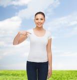 Glimlachende jonge vrouw in lege witte t-shirt Royalty-vrije Stock Afbeeldingen