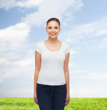 Glimlachende jonge vrouw in lege witte t-shirt Royalty-vrije Stock Afbeelding