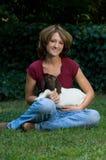 Glimlachende Jonge Vrouw met de Geit van de Baby Stock Afbeeldingen