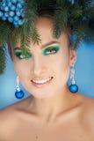 Glimlachende jonge vrouw met gezonde huid en aardige make-up royalty-vrije stock afbeeldingen