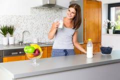 Glimlachende jonge vrouw met glas melk Royalty-vrije Stock Fotografie