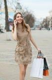 Glimlachende jonge vrouw met het winkelen zakken Royalty-vrije Stock Foto