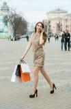 Glimlachende jonge vrouw met het winkelen zakken Royalty-vrije Stock Fotografie