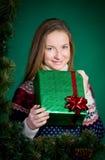 Glimlachende Jonge Vrouw met Kerstmisgift. Nieuwjaar. Stock Afbeeldingen