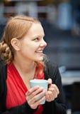 Glimlachende jonge vrouw met kop van chocomilk royalty-vrije stock foto