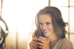 Glimlachende jonge vrouw met kop van koffie Stock Afbeeldingen