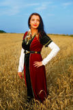 Glimlachende Jonge vrouw met middeleeuwse kleding status Royalty-vrije Stock Afbeeldingen