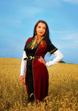 Glimlachende Jonge vrouw met middeleeuwse kleding status Stock Foto