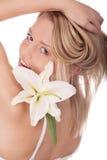Glimlachende jonge vrouw met natuurlijke bloemen stock foto's