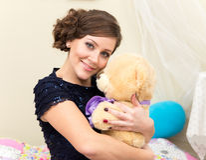 Glimlachende jonge vrouw met Teddybeer Royalty-vrije Stock Fotografie