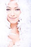 Glimlachende jonge vrouw met witte boa over haar Royalty-vrije Stock Fotografie