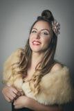 Glimlachende jonge vrouw in modieuze bontomslag Royalty-vrije Stock Foto's