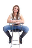 Glimlachende jonge vrouw op barkruk Royalty-vrije Stock Fotografie