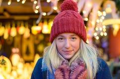 Glimlachende jonge vrouw op warme de wintermanier Royalty-vrije Stock Fotografie