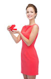 Glimlachende jonge vrouw in rode kleding met giftdoos Stock Afbeelding