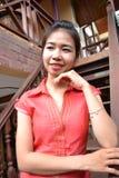 Glimlachende jonge vrouw in traditionele kleding Stock Foto
