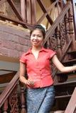 Glimlachende jonge vrouw in traditionele kleding Royalty-vrije Stock Fotografie