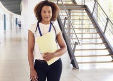 Glimlachende jonge vrouwelijke arts met stethoscoop en nota's stock fotografie