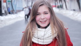 Glimlachende jonge vrouwelijke openluchtportretclose-up stock footage