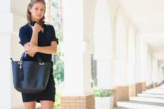 Glimlachende jonge vrouwen met handtas Stock Foto's