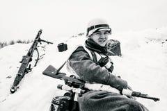 Glimlachende jonge Wehrmacht-militair De Zwart-witte foto van Peking, China Stock Afbeeldingen